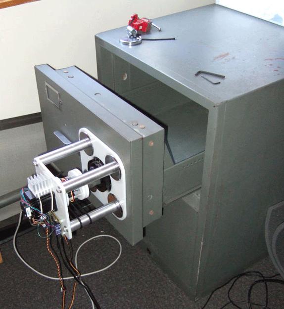 Робот управляется с ноутбука через микроконтроллер Atmel по USB-порту, алго